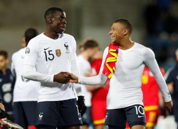 アンドラ戦の勝利を喜ぶフランスの選手たち=11日、アンドララベリャ(ロイター=共同)