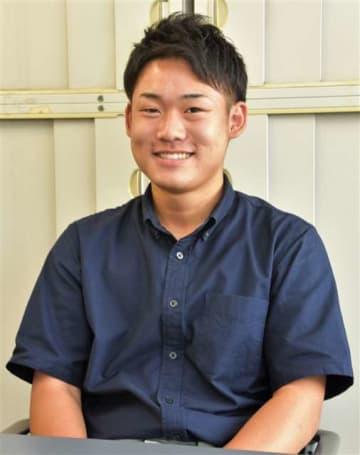 吉田投手への期待を語る菊地さん=11日、県秋田地域振興局