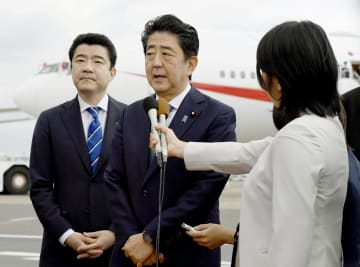 イラン訪問を前に、取材に応じる安倍首相=12日午前、羽田空港