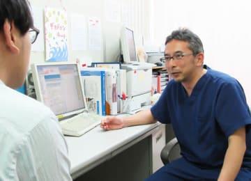 腫瘍内科外来を担当しているがん薬物療法専門医の福元剛医師=行田市の行田総合病院