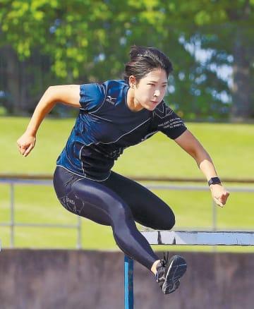 日本選手権女子100メートル障害2連覇を目指す七十七銀行の青木=仙台市陸上競技場