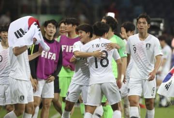 エクアドルを1―0で下し、喜ぶ韓国イレブン=ポーランド・ルブリン(AP=共同)