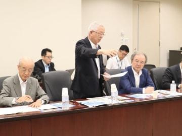「山口知事の圧力には屈さない」と語る小原会長(中央)=県庁