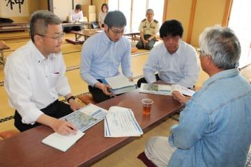 東北防衛局職員に疑問点を質問する住民(右端)