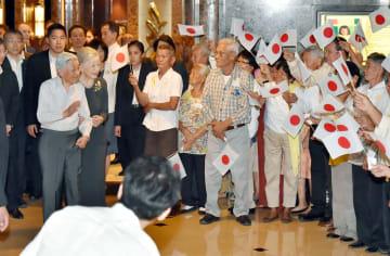 日系人の歓迎を受ける当時の天皇、皇后両陛下=2016年1月、マニラ