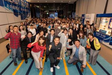 公開録音で笑顔を見せる(前列左から)高橋尚子、前園真聖さん、岩瀬仁紀さん