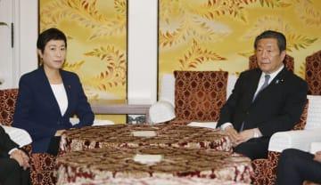 会談に臨む自民党の森山国対委員長(右)と立憲民主党の辻元国対委員長=12日午後、国会