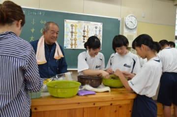 修学旅行での特産品販売を前に、シイタケの選別作業をする五ケ瀬中生ら