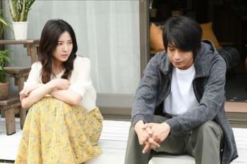 連続ドラマ「わたし、定時で帰ります。」に出演する吉高由里子さん(左)と向井理さん(C)TBS