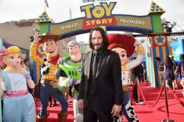 おもちゃたちと! どこに行っても大人気のキアヌ・リーヴス - (C)2019 Disney / Pixar. All Rights Reserved.