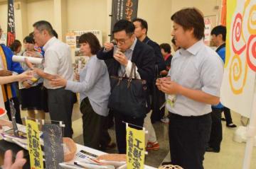 商談会でグルテンフリー麺をバイヤーに売り込む川北製麺の有田社長(右)