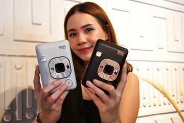 富士フイルムが発表したインスタントカメラ「インスタックス・ミニ・リプレイ」。インドネシアでは14日に発売する=12日、ジャカルタ(NNA撮影)