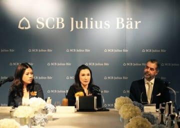 タイの富裕層を対象とした資産管理サービスの提供開始を発表したSCBジュリアス・ベアのチララワンCEO(中央)=12日、バンコク(NNA撮影)