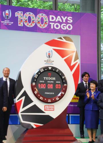 ラグビーワールドカップ開幕まで100日を記念してお披露目されたカウントダウンの時計=東京都千代田区