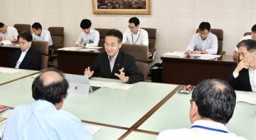 6月補正予算案の知事査定に臨む福井県の杉本達治知事(中央)=6月12日、福井県庁