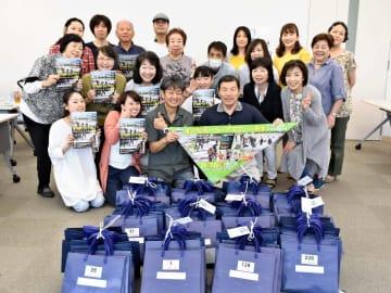 虹の松原トライアスロン実行委員会の原田正明実行委員長(前列左から3人目)とボランティアスタッフ