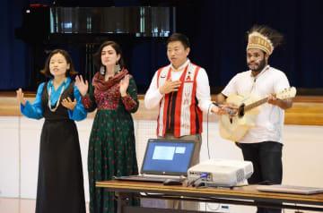 寸劇と歌で思いやりの大切さを訴える国際ICのメンバー=有田町の有田中