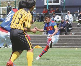 【大谷室蘭―東海大札幌】後半14分、FKでゴールを狙う大谷室蘭・田村