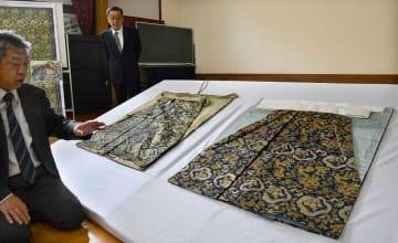 復元新調された伯牙山ご神体の大口袴(右)=12日、京都市中京区