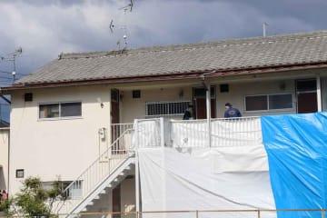 女性の遺体が見つかったアパートを調べる府警の捜査員(12日午後、向日市上植野町薮ノ下)