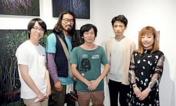 グループ展を開いている(左から)浦川大志さん、加藤笑平さん、原口勉さん、上野洋嗣さん、佐野直さん=福岡市