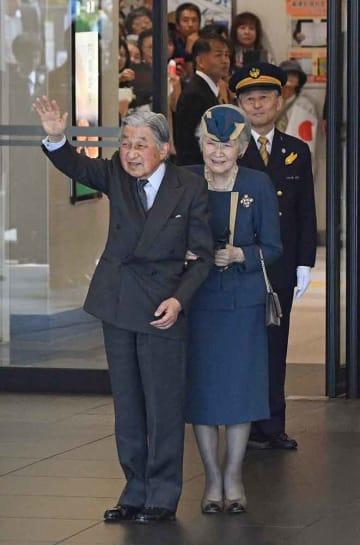 JR京都駅で、集まった市民に手を振って応える上皇ご夫妻(13日午前11時2分、京都市)