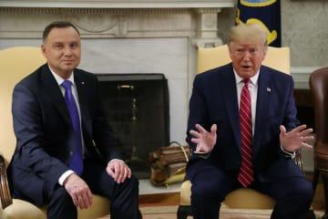 12日、ホワイトハウスでポーランドのドゥダ大統領(左)と会談するトランプ米大統領(ロイター=共同)