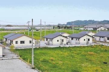 戸建ての災害公営住宅が並ぶ幾世橋地区。海(中央奥)から平地が広がる=福島県浪江町