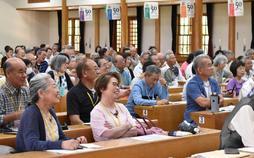 大講堂で学ぶ高齢者=兵庫県いなみ野学園