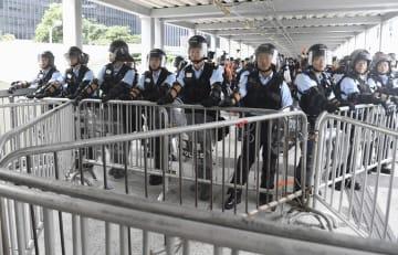 立法会に通じる通路を封鎖する警官隊=13日、香港(共同)