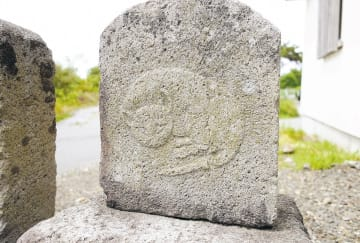 青森県蓬田村で見つかった石碑=2014年7月(小池さん提供)