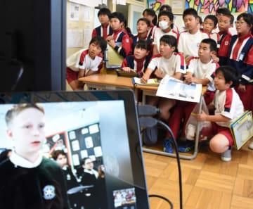 スカイプを通じて英国の小学生と交流する釜石小6年生