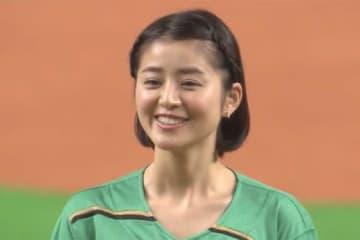 札幌ドームで始球式を努めた鈴木ちなみさん【画像:(C)PLM】