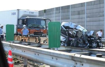 事故で大破した車両と後続のトラック(13日午後3時36分、滋賀県竜王町)