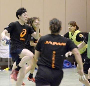 世界選手権に向けて、強化合宿で練習する日本代表選手。左端は吉田(オムロン)=13日、東京・味の素ナショナルトレーニングセンター