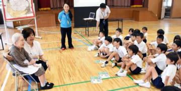 認知症の高齢者と交流し、接し方などを学ぶ児童=枕崎市桜山町の桜山小学校