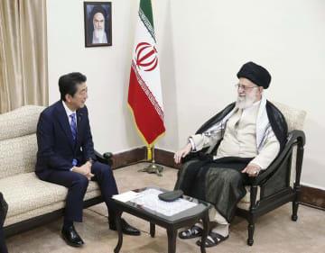 13日、イランの首都テヘランで会談する最高指導者ハメネイ師(右)と安倍首相(イラン最高指導者事務所提供・共同)