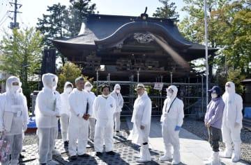 福島県双葉町を視察する小林久起裁判長(右から4人目)ら=13日午後(代表撮影)