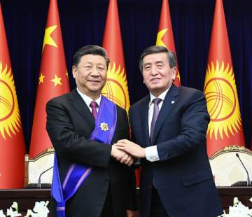 習近平主席、キルギス大統領から最高栄誉の勲章授与