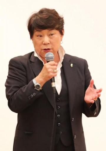 松田丈志さんを指導してきた28年間を語る久世由美子さん=13日午後、宮崎市・宮崎観光ホテル