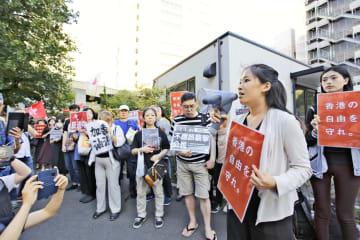 「これは私たちの自由の問題でもある」と連帯を呼びかける参加者の大学生=13日午後、東京・千代田区の「香港経済貿易代表部」前