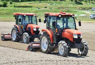 後ろの運転手の指示で連携して農地を耕す無人トラクター