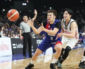 B1でプレーする小林大祐(左)=2019年2月2日、福岡・照葉積水ハウスアリーナ((c)B.LEAGUE)