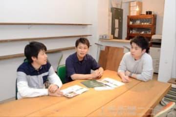 学習スペースを設置運営する広瀬さん(中央)ら=前橋市千代田町
