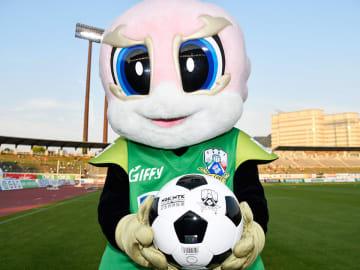 子どもたちに贈呈されるボールを手にするギッフィー=岐阜市長良福光、長良川競技場