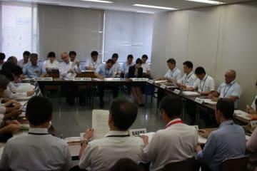 【幹事会で、豚コレラが発生した場合の対応を確認する職員ら=津市栄町1丁目で】