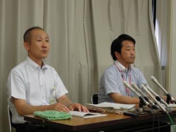 【記者会見で、いじめの調査報告書を公表する県教委の担当者ら=三重県庁で】