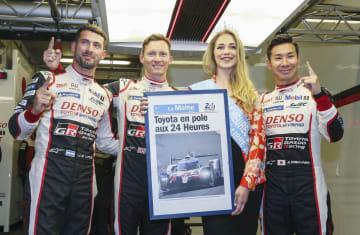 ルマン24時間の予選でポールポジション獲得に喜ぶトヨタ7号車の小林可夢偉(右)=13日、ルマン(ゲッティ=共同)