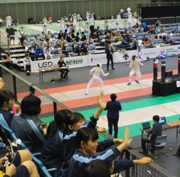アジアフェンシング選手権を観戦する生徒たち=13日、千葉市中央区の千葉ポートアリーナ