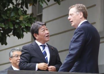 茂木経済再生相を出迎えるライトハイザー米通商代表(右)=13日、ワシントン(共同)